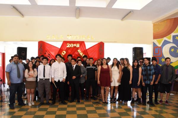Izquierda Profesor Mario Guerrero junto a sus estudiantes